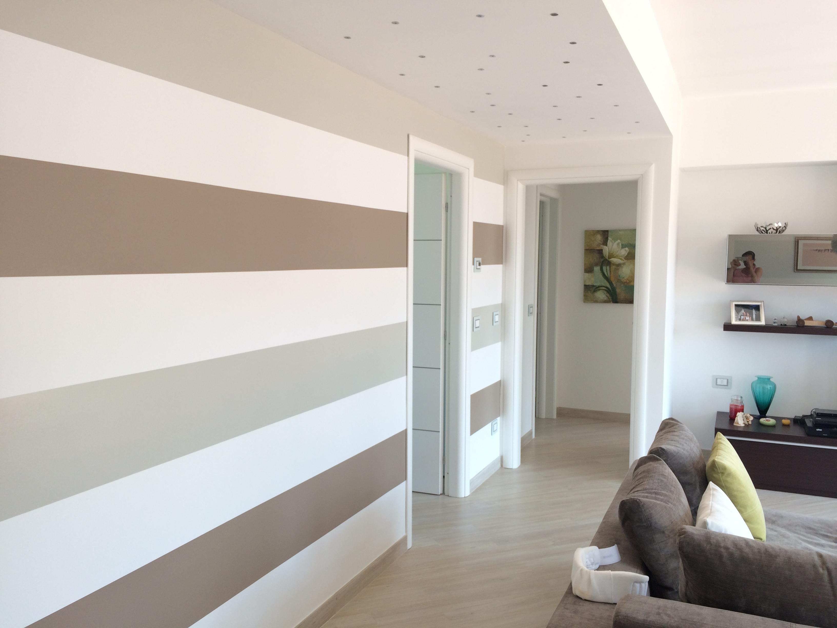 Beautiful parete a strisce bianche e tortora with pareti casa for Colori per muri